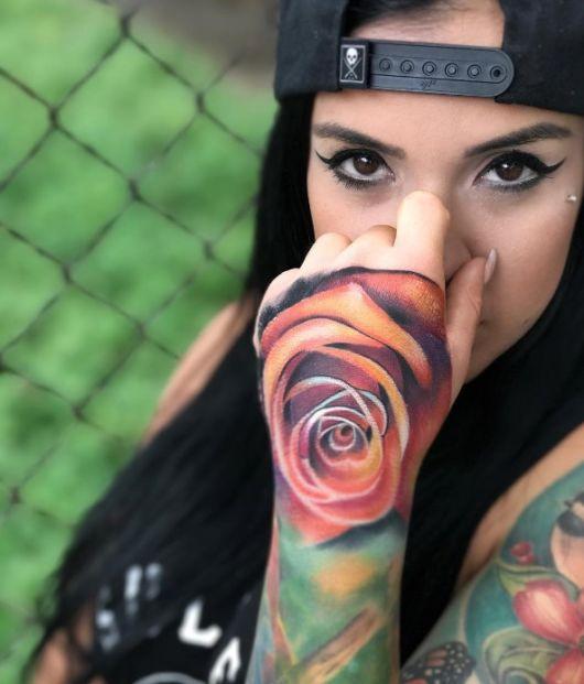 tatuagem rosa colorida