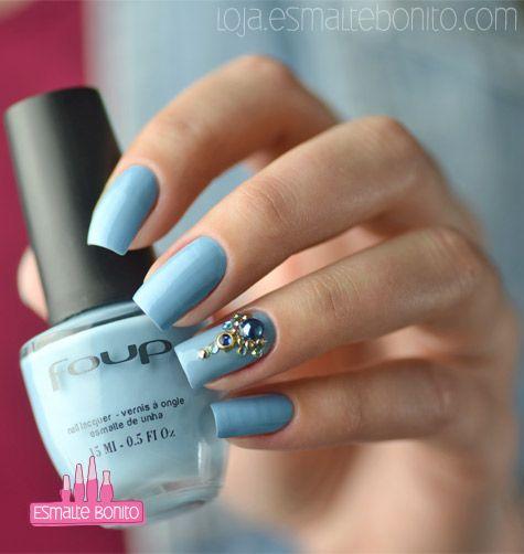 unha azul claro com pedras