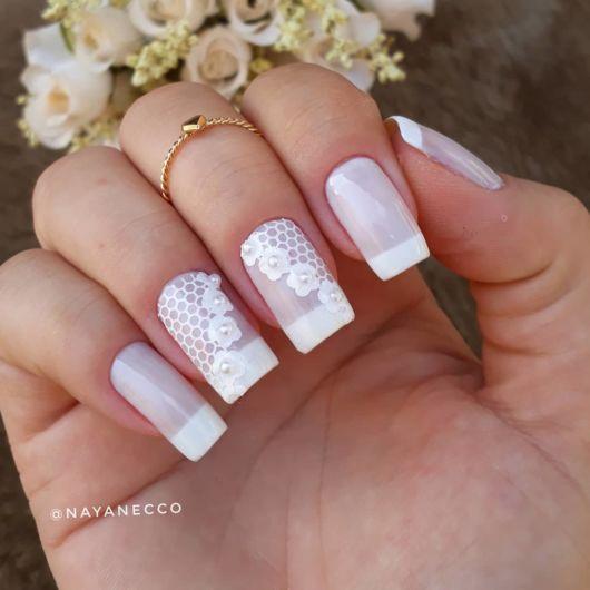 unhas francesinha decorada com florzinhas brancas.