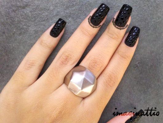 imagem de unhas pretas decoradas.