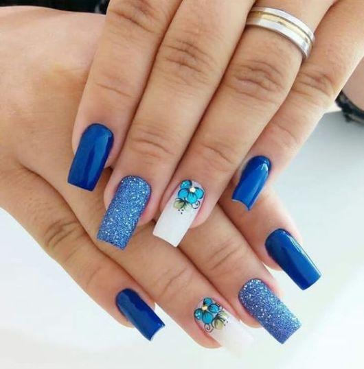 unhas azul decoradas.