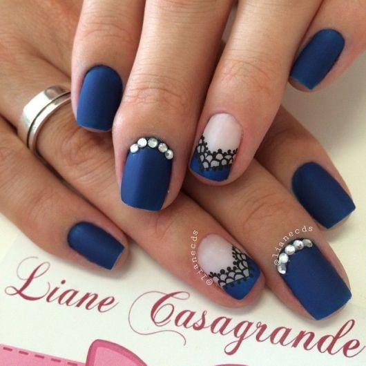 imagem mostra unhas decoradas azul com branco.