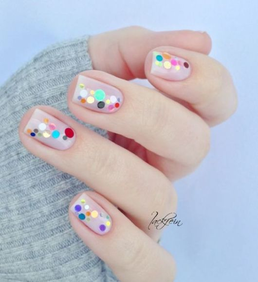 unhas com base decoradas com pontos coloridos.