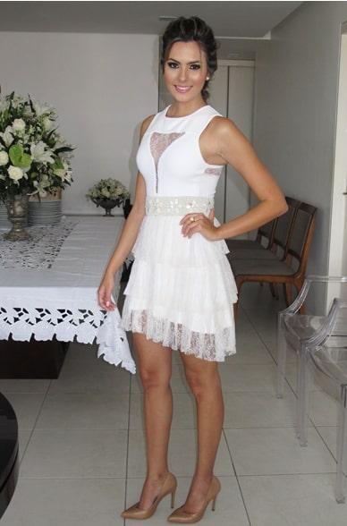 look vestido branco com cinto bordado