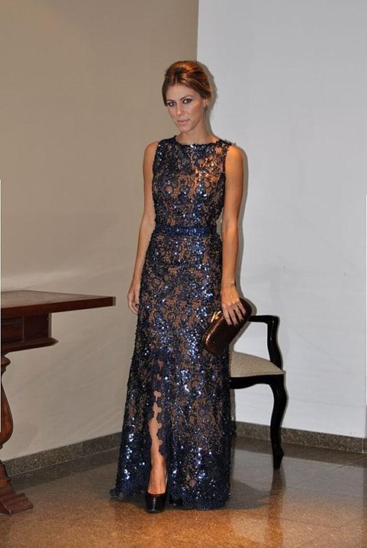 vestido azul marinho com cinto bordado