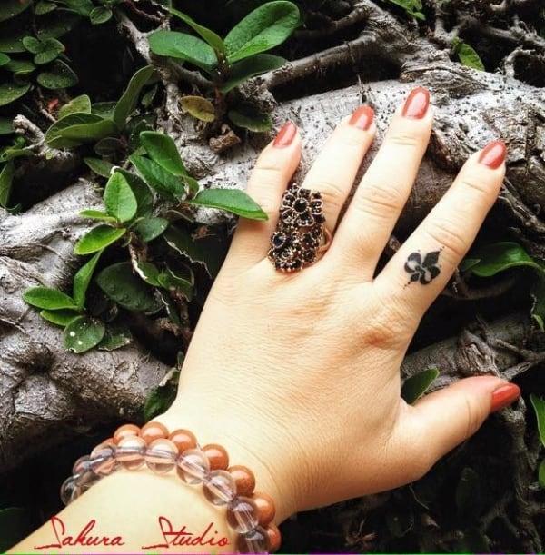 tatuagem delicada no dedo