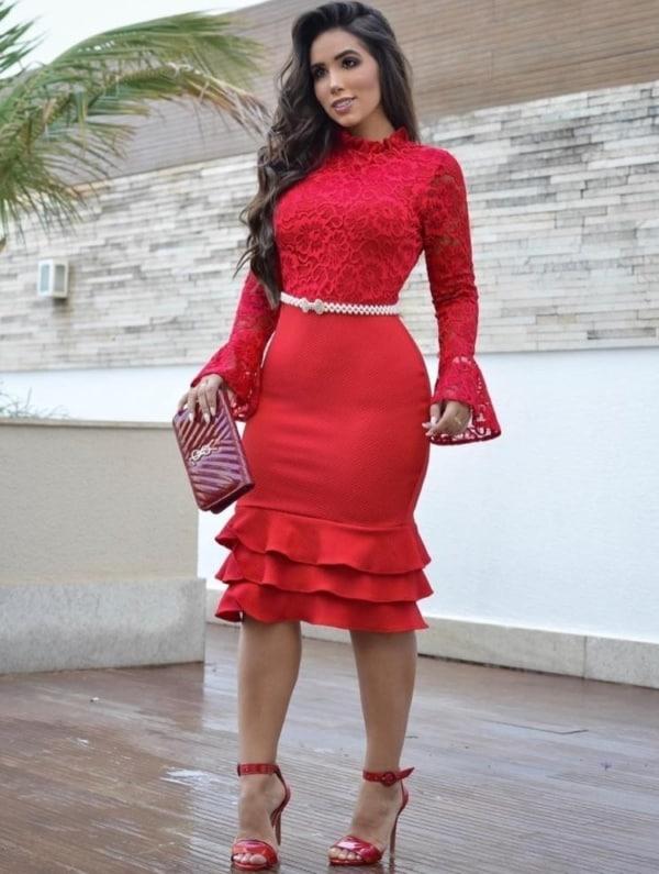 vestido com cinto de pérolas