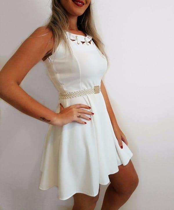 vestido branco com cinto de pérolas