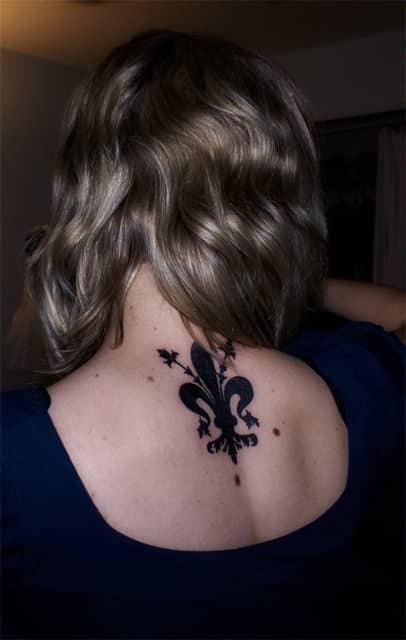 tatuagem flor de lis nas costas