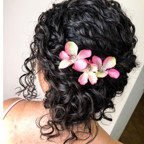 penteado para cabelo cacheado com flores