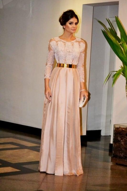 vestido rosa com cinto dourado