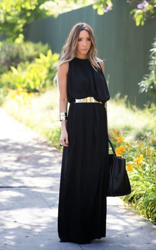 vestido preto com cinto dourado
