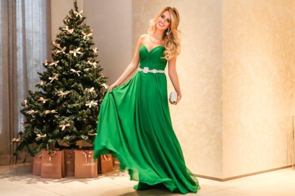 vestido verde com cinto de strass