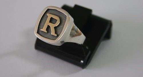 anel de prata com letras
