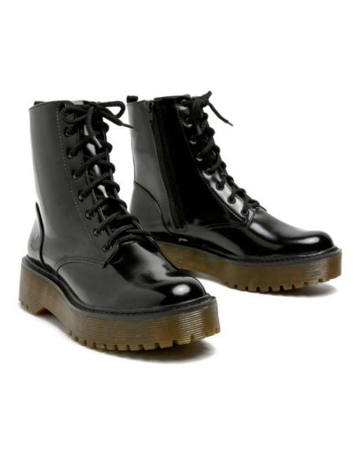 modelo de bota coturno preta de cano longo.