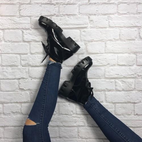 modelo usa calça jeans escura e bota preta salto baixo.