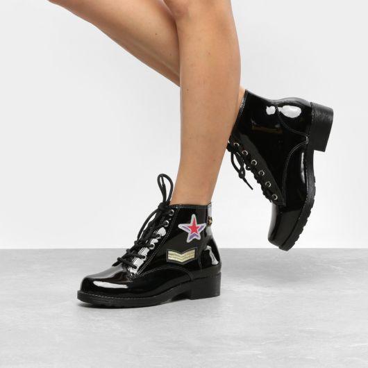 modelo usa bota preta envernizada salto baixo.