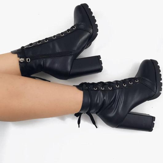 modelo usa bota preta salto alto.