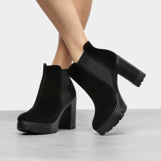bota de camurça preta.
