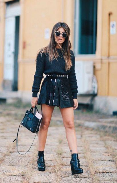modelo veste saia, blusa e bota preta.