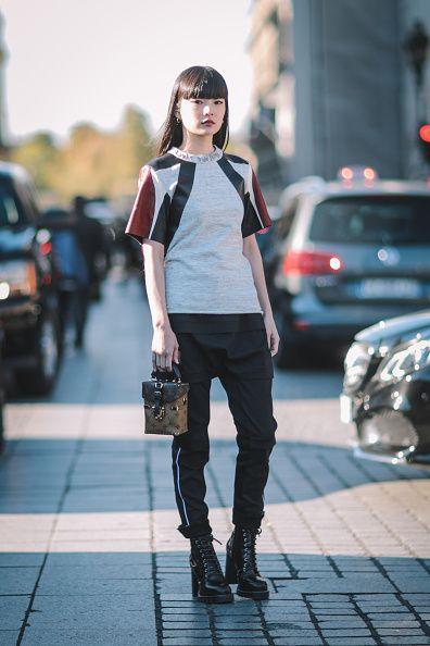 modelo veste calça preta, blusa e bota alta preta.