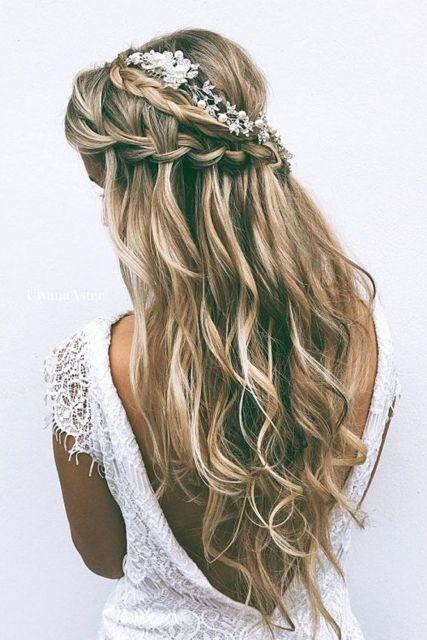 penteados soltos para casamento corte em V