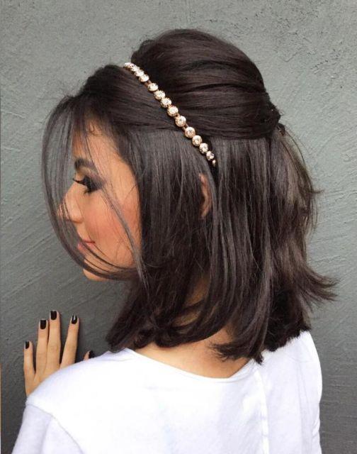 penteados soltos para casamento curto com diadema dourado
