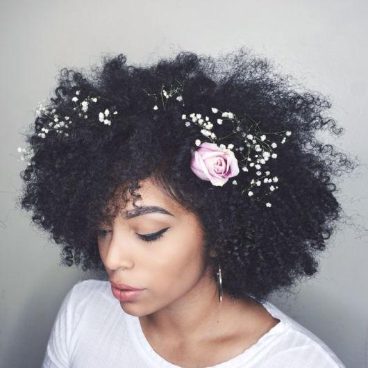 penteados soltos para casamento afro cacheado
