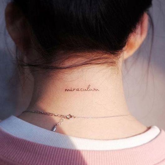 tatuagem escrita nuca