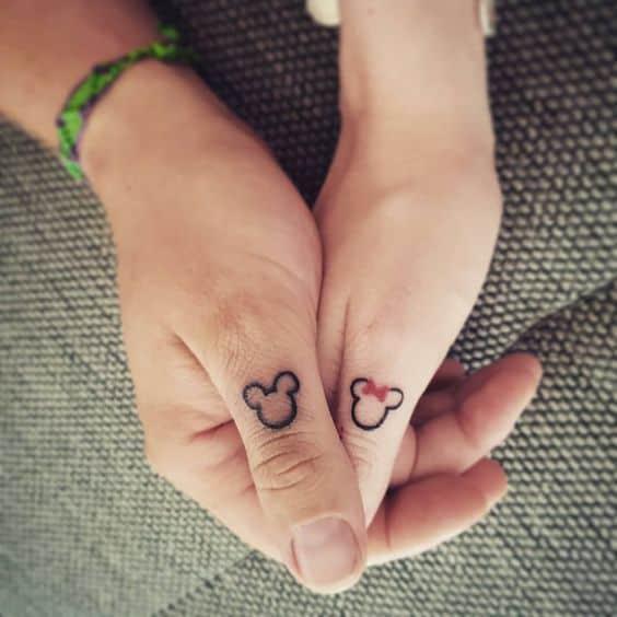tatuagem de casal pequena e delicada