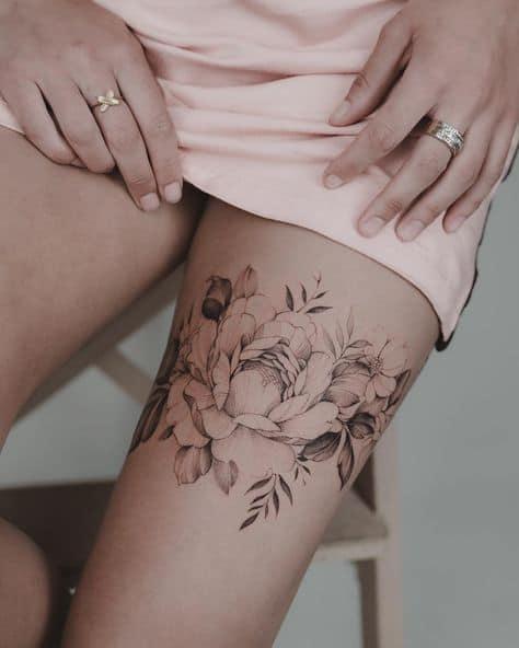 peônia tattoo na coxa