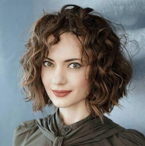 cabelo ondulado com luzes loiras