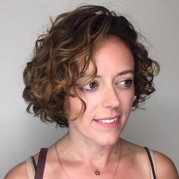 cabelo com luzes e franja lateral
