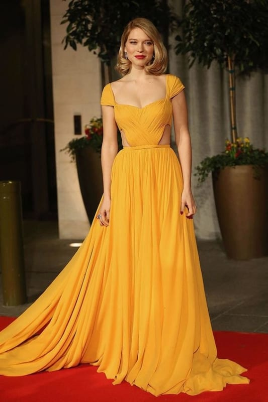 vestido amarelo mostarda com mangas curtas