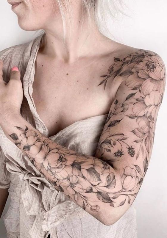 braço feminino fechado tatuagem