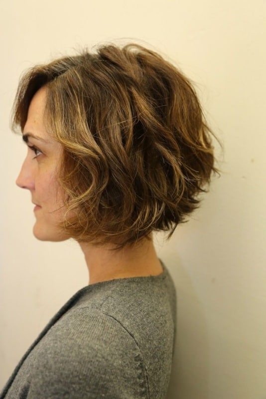 cabelo ondulado com luzes finas