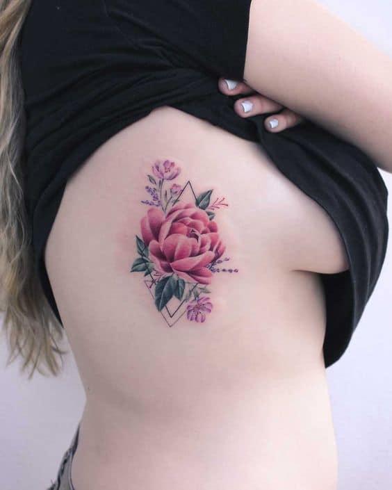tatuagem colorida na costela feminina