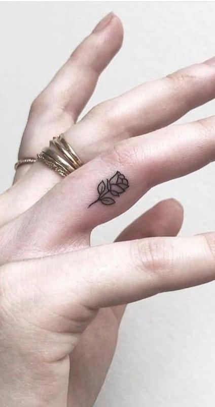 tatuagem rosa no dedo