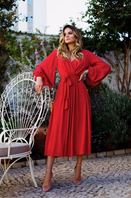 vestido midi vermelho com mangas longas