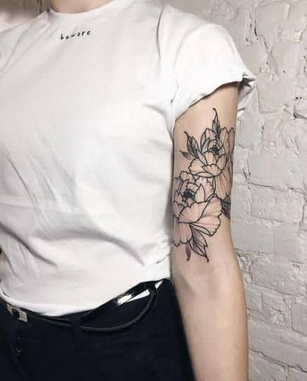 tatuagem preta e branca feminina