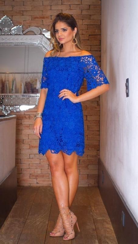 vestido azul royal com decote ombro a ombro