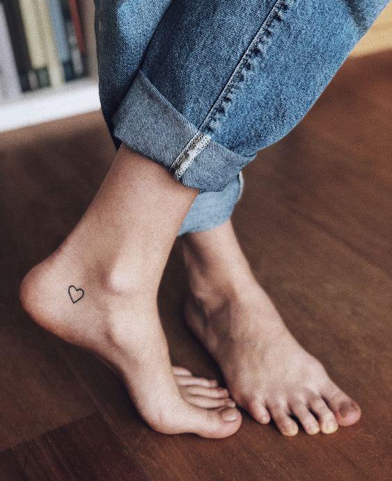 tatuagem de coração no pé