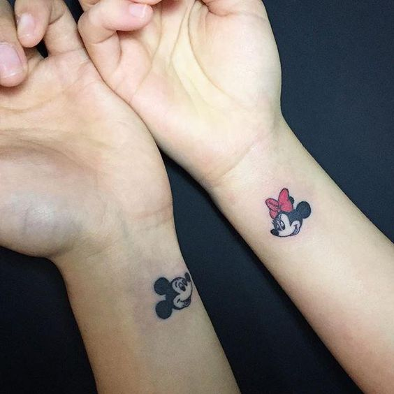 tatuagem delicada do mickey e da minnie