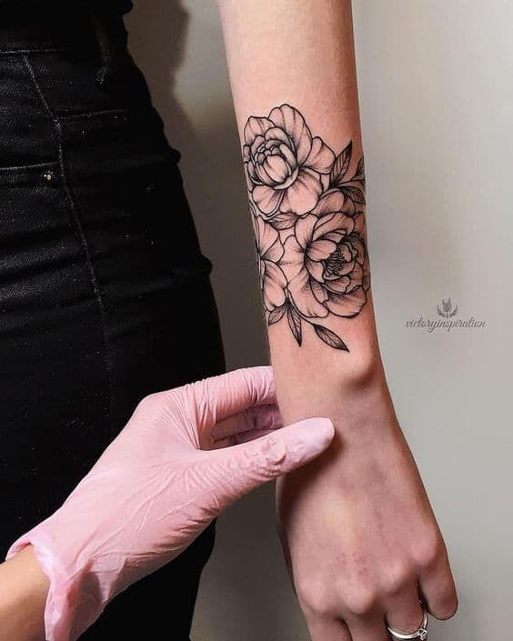 tatuagem feminina de peônia