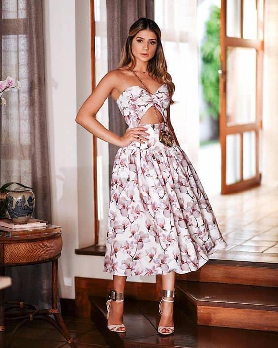 vestido midi com estampa de flores