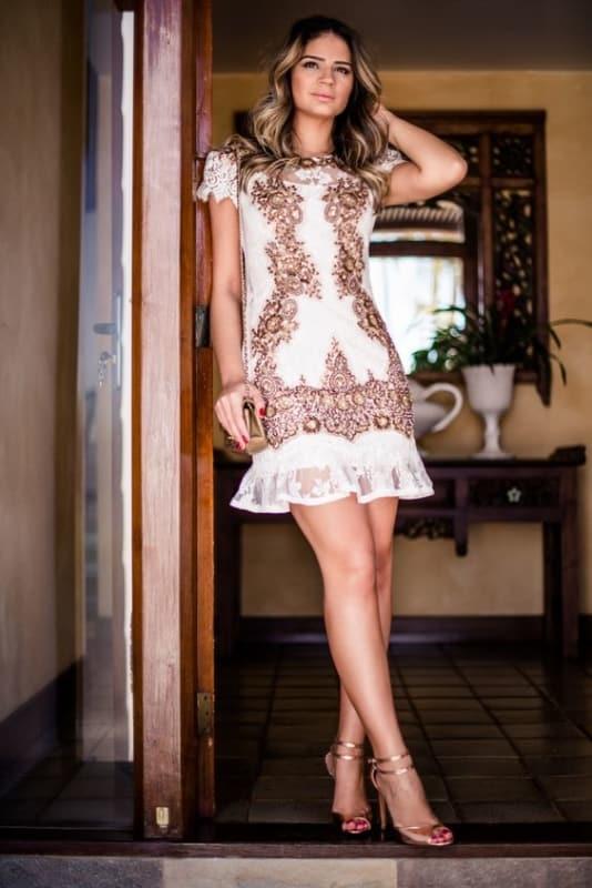vestido curto com bordados