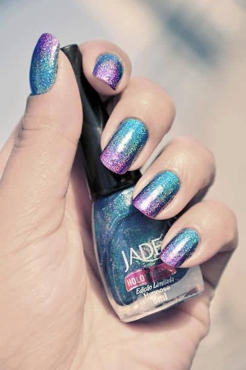 nail art colorida com glitter
