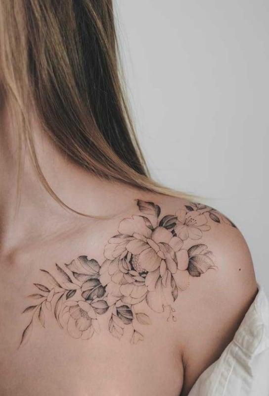 tatuagem de flor no ombro