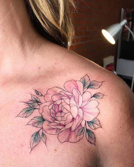 tatuagem de peônia rosa no ombro