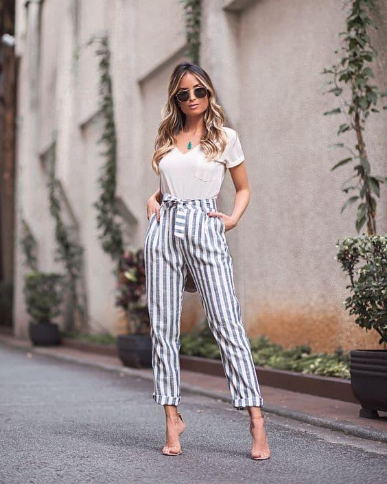 Produção com blusa branca e calça de listras 39